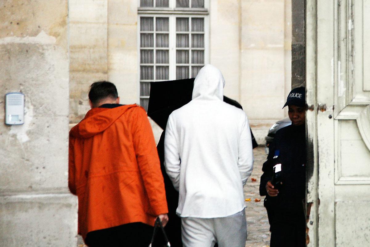 Benzema, con capucha blanca, entrando en comisaría a declarar (Foto: AFP)