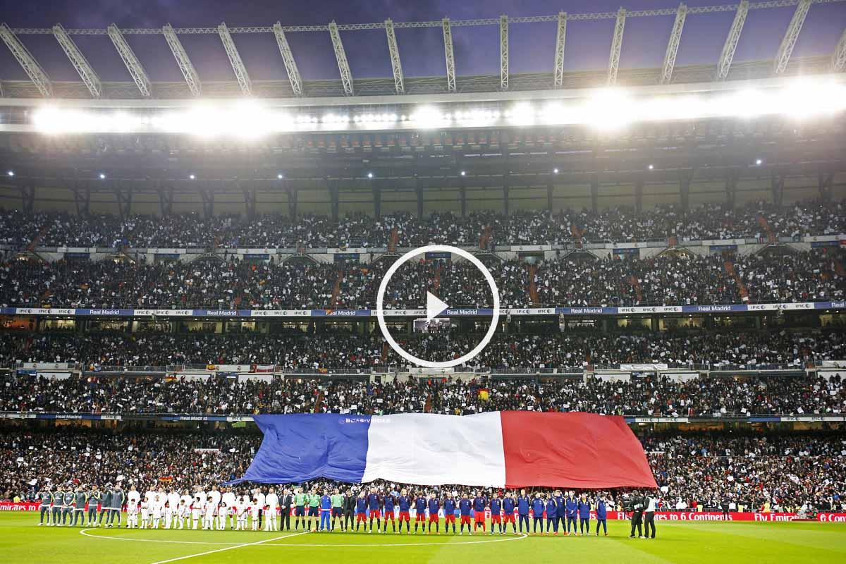 El Santiago Bernabéu, con los colores de Francia en los prolegómenos del Clásico (Foto: Reuters)