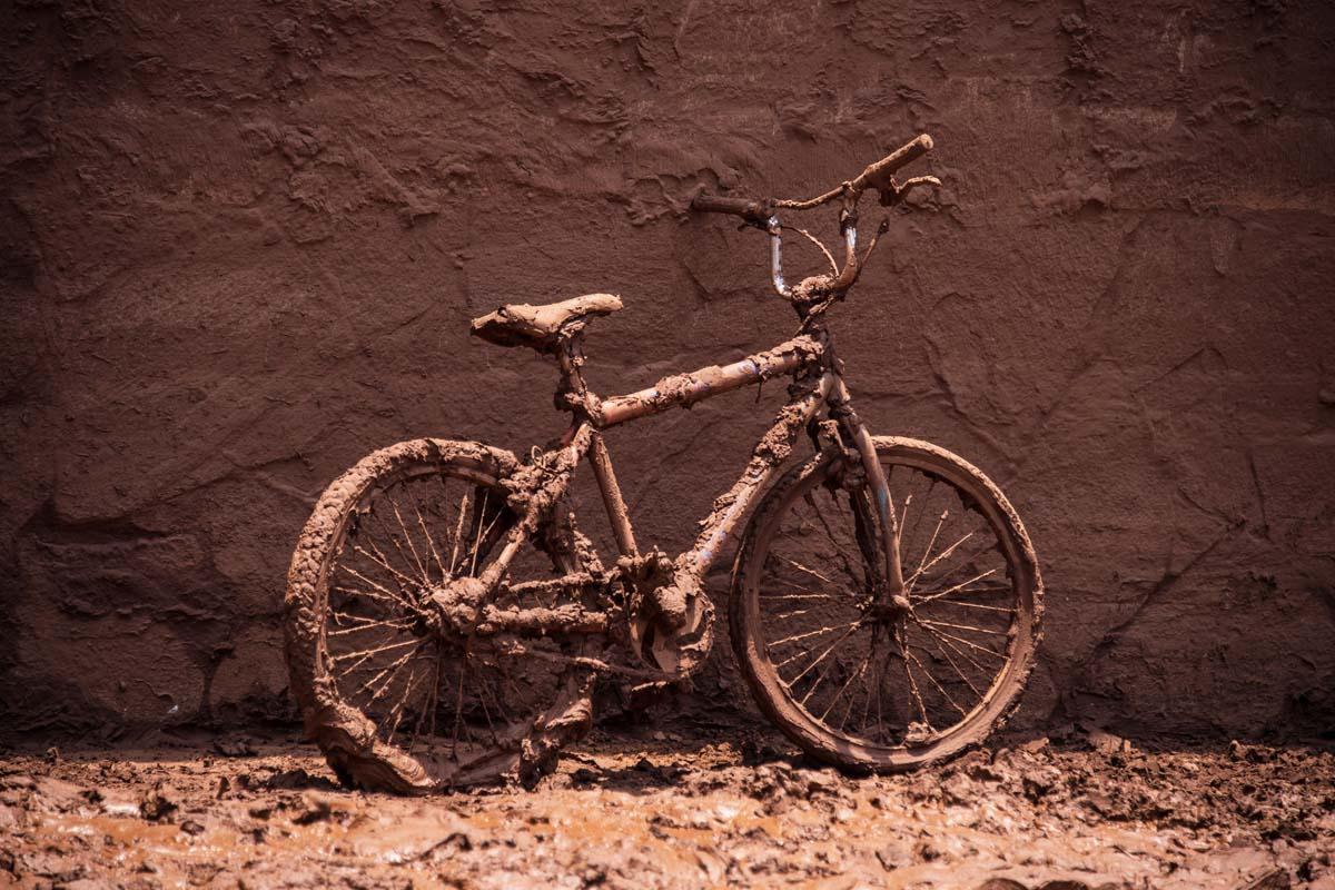 Una bicicleta sepultado por el mar de lodo que ha tomado Minas Gerais (Foto: AFP)
