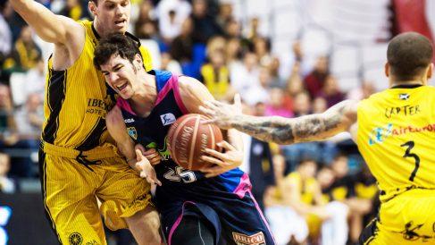 Darío Brizuela se hizo enorme en el pabellón Santiago Martín en Tenerife (Club Estudiantes)