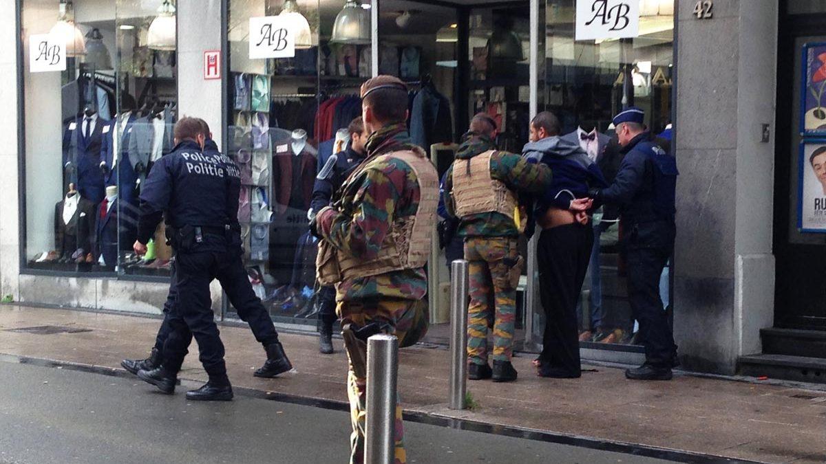 La Policía belga practica una detención a un sospechoso (Fernán González)