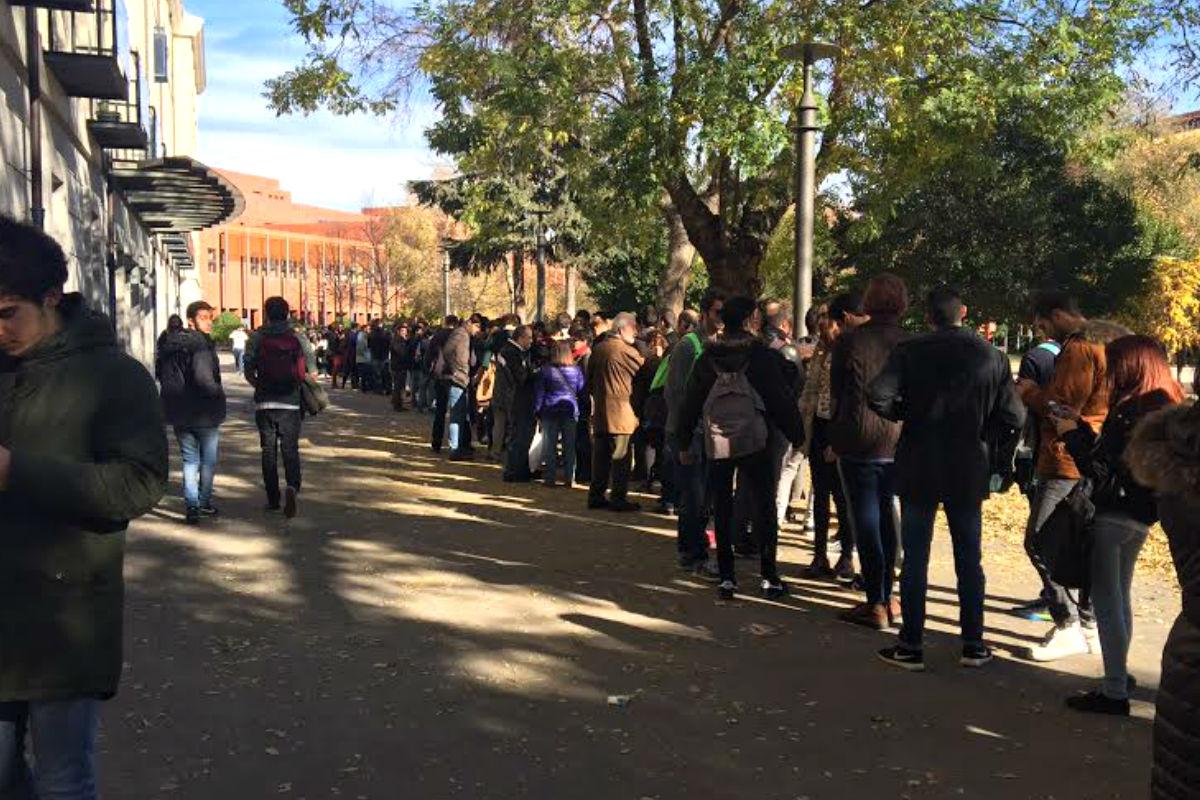 Colas en la Universidad Carlos III para ver a Rivera e Iglesias. (Foto: Nuria Val)
