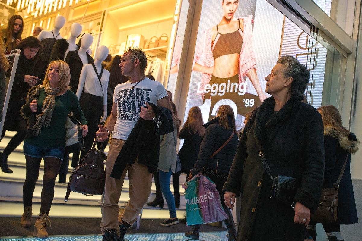 Viandantes a la entrada de un comercio (Foto: GETTY).