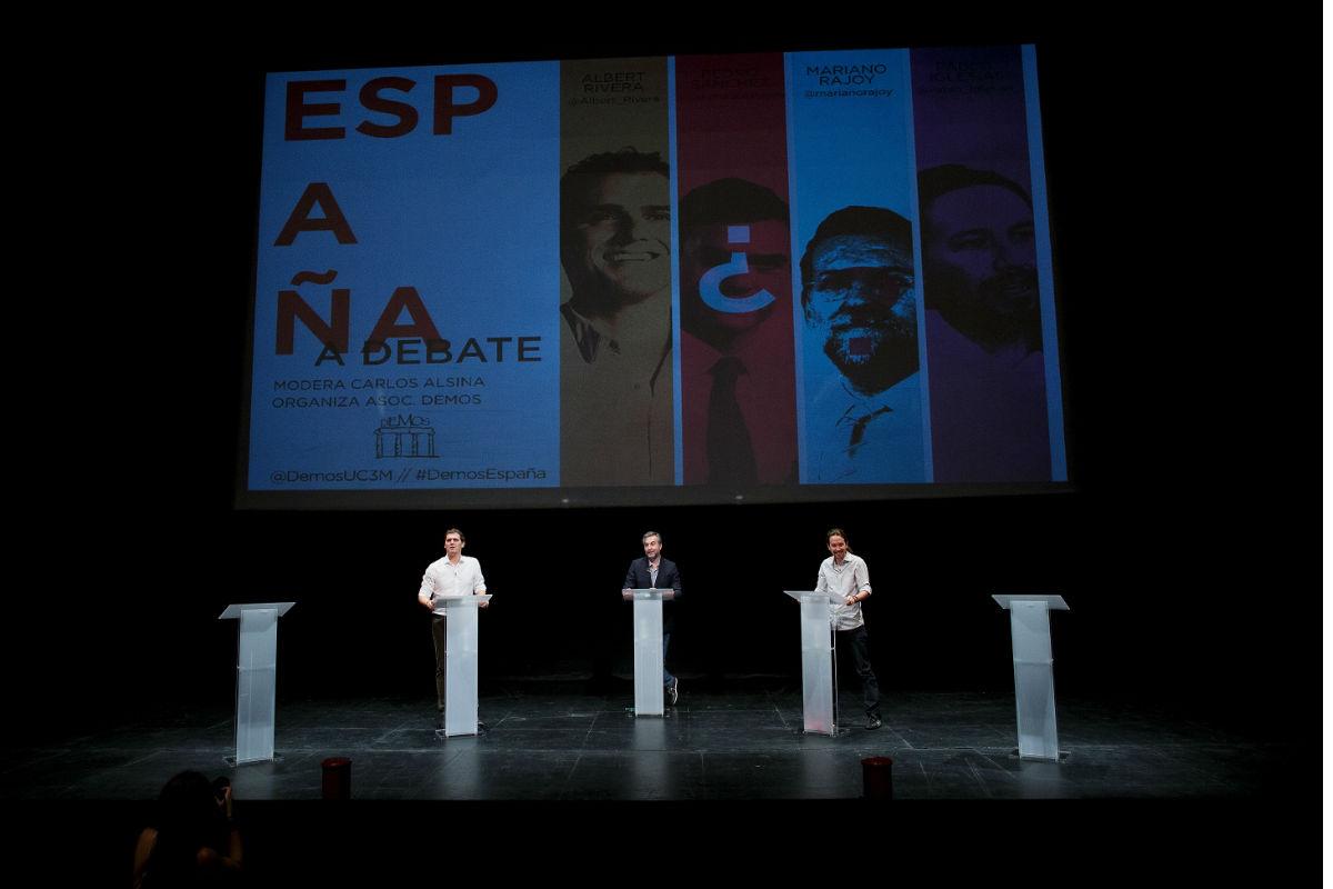 Imagen del escenario del debate organizado en la universidad Carlos III donde destacan los atriles vacíos que estaban destinados para Rajoy y Pedro Sánchez que decidieron no asistir (FOTO:Gettyimages)