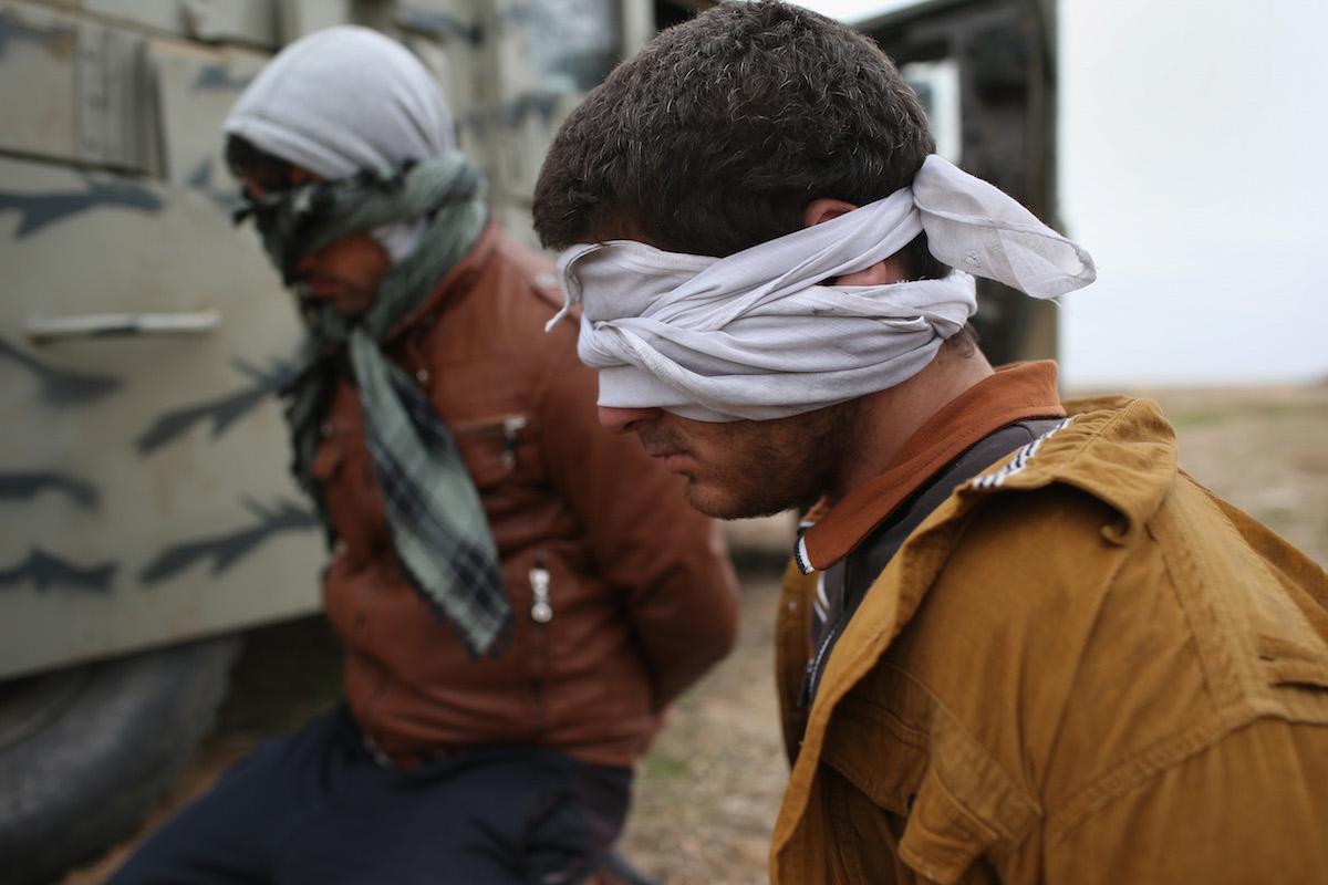 Dos detenidos en la población iraquí de Sinjar, sospechosos de pertenecer al Estado Islámico (Foto: Getty)