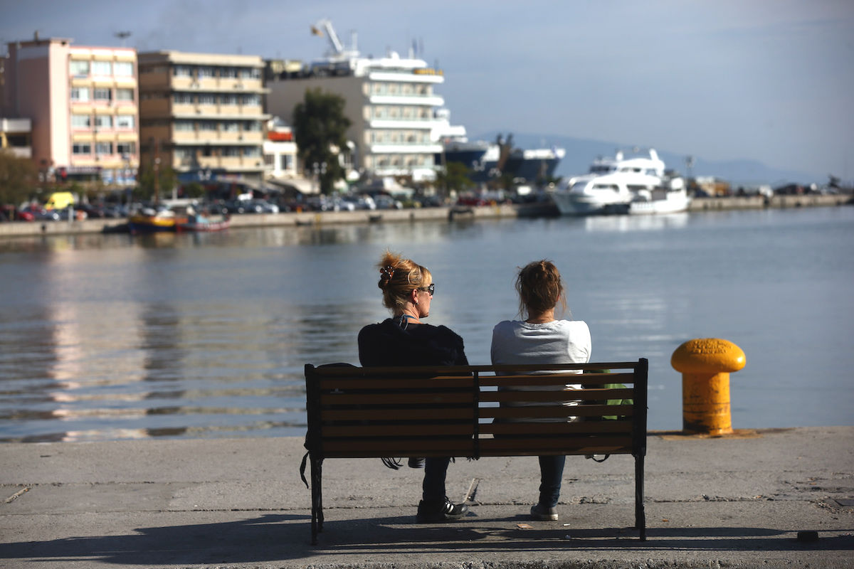 Dos mujeres griegas en un banco (Foto: GETTY)