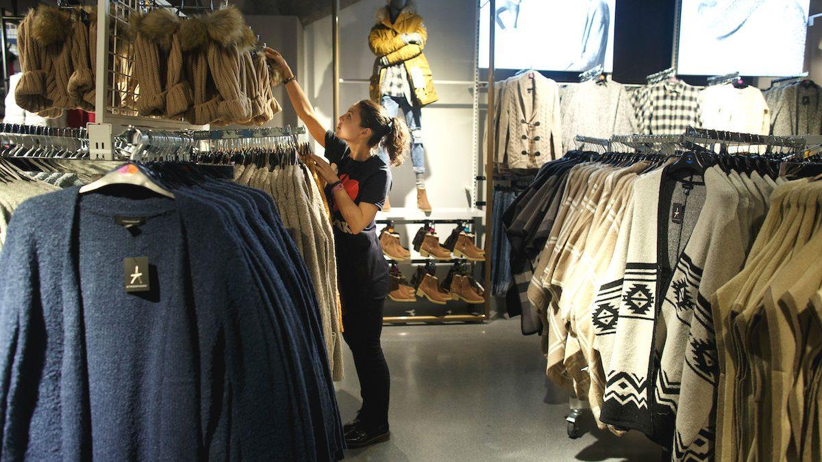 Empleada en una tienda (Foto: GETTY)