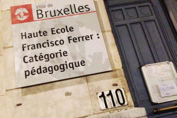 Cartel en una escuela belga anunciando el cierre hoy martes. (Foto: Fernán González)