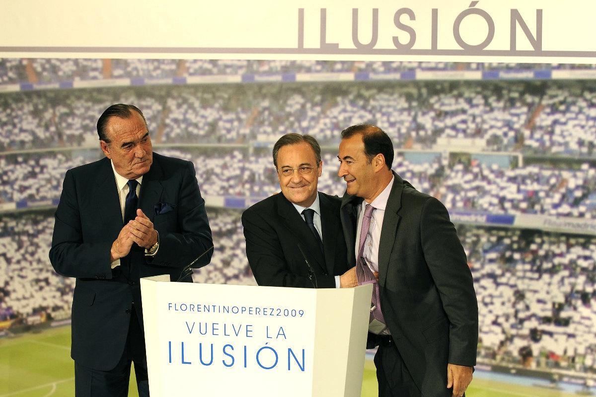 Fernández de Blas, a la derecha de Florentino, junto a Fernando Fernández Tapia (Foto: AFP)