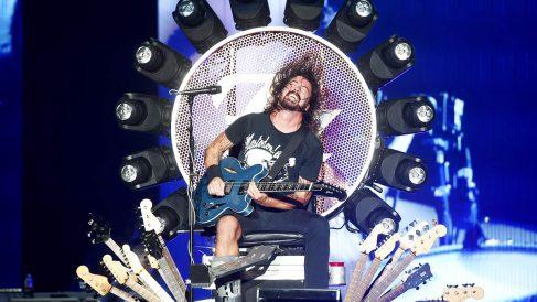 Dave Grohl, líder de Foo Fighters, sobre el habitáculo creado para poder tocar pese a su pierna rota (Foto: Getty)