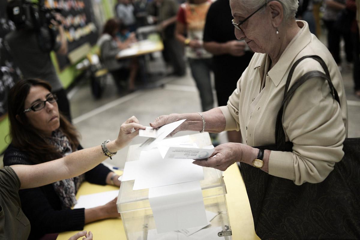 Una mujer deposita una papeleta en un colegio electoral (Foto: Getty).