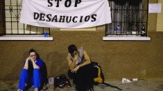 Gente manifestándose en contra de los desahucios (Foto: GETTY)