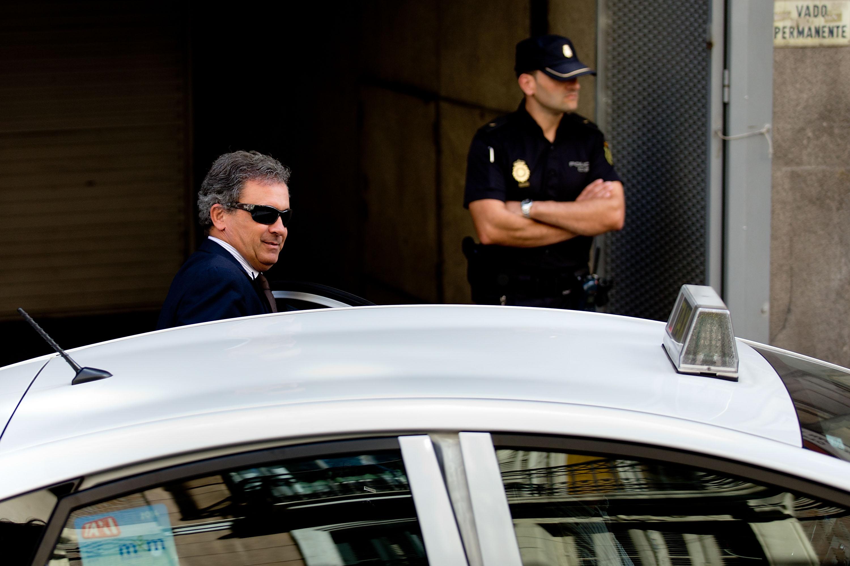 Jordi Pujol Ferrusola abandona el Parlament tras declarar ante la comisión de investigación (Foto: Getty)