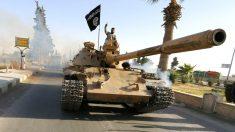 Un tanque del ISIS desfila por las calles de Raqqa. (Foto: REUTERS)