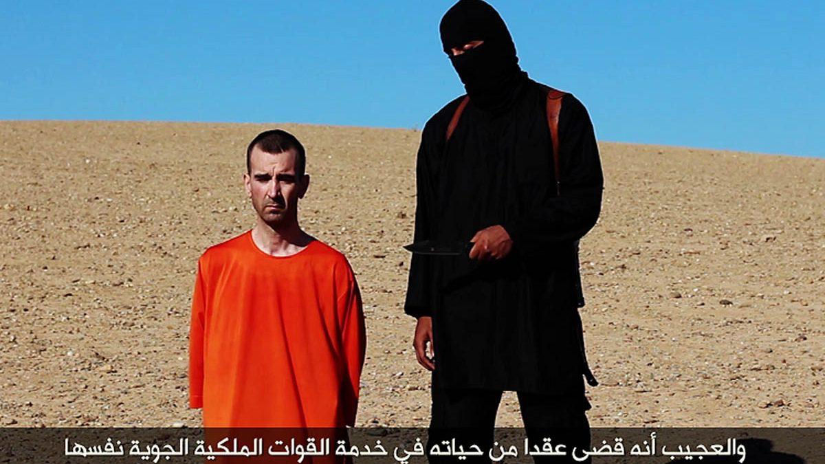 El terrorista islámico conocido como Jihadi John antes de degollar una de sus víctimas.