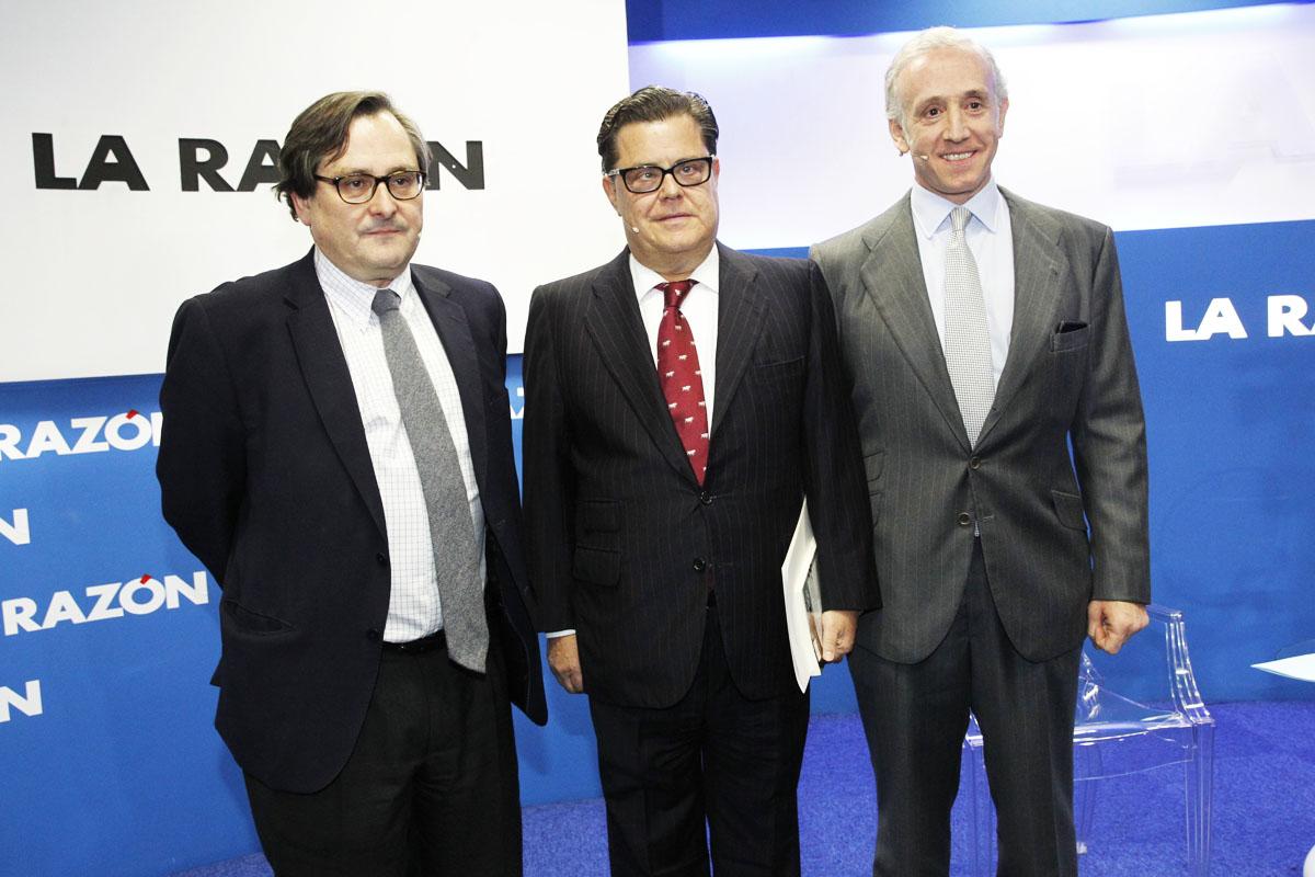 Francisco Marhuenda y Eduardo Inda flanquean al escritor del libro Javier Trillo-Figueroa (Foto: La Razón)