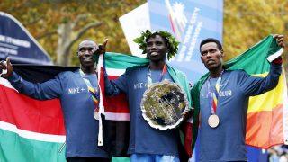 El podio masculino, con Biwott luciendo el oro (Foto: Reuters)