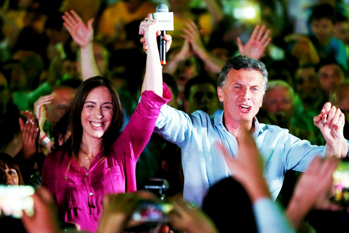 Mauricio Macri, junto a la reciente ganadora en la región de Buenos Aires María Eugenia Vidal (Foto: Reuters)