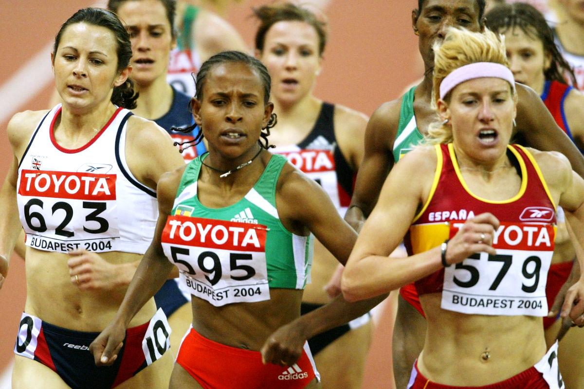 Marta Domíngez durante su participación en el campeonato mundial de atletismo de Budapest, en marzo de 2004