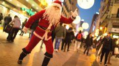 Un Papá Noel en un centro comercial.