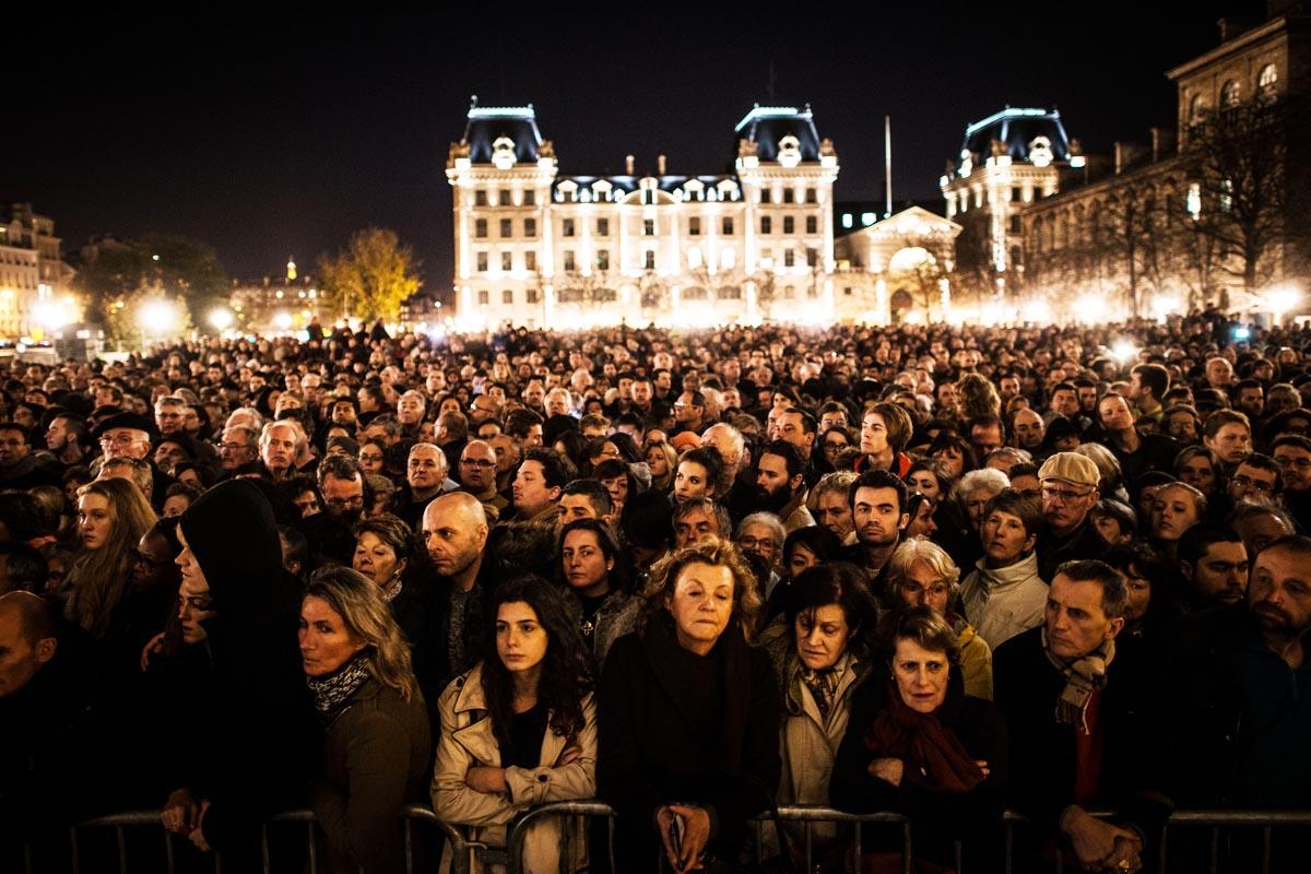 Una multitud se reunió en Notre Dame, en París, en recuerdo de las víctimas (Foto: Getty)