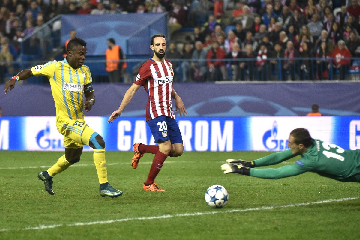 Oblak detiene un balón durante el partido de Champions ante el Astana (AFP)