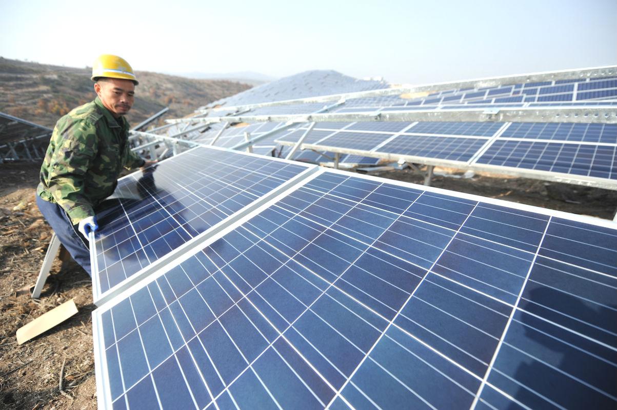 Operario con placas solares (Foto: GETTY)