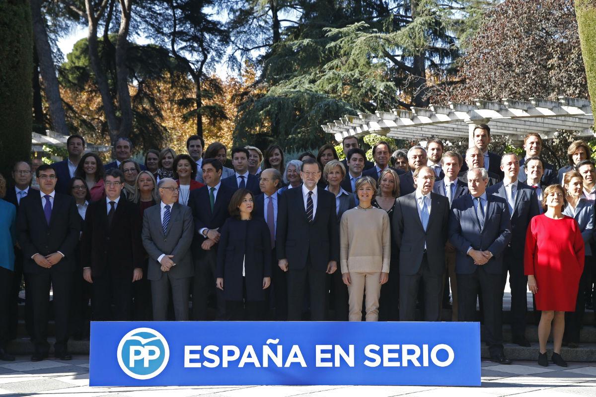 El presidente del Gobierno y candidato a la reelección, Mariano Rajoy (c), posa para la foto de familia durante la presentación esta mañana de la lista del PP al Congreso por Madrid, que él encabeza, para las elecciones generales del 20 de diciembre. (Foto: EFE)