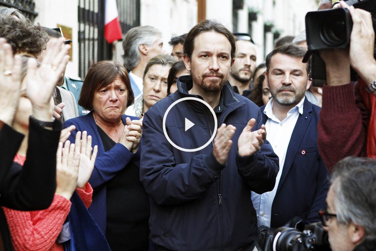 Pablo Iglesias ante la embajada francesa en Madrid en el homenaje a las víctimas de los atentados de París. (Foto: EFE)