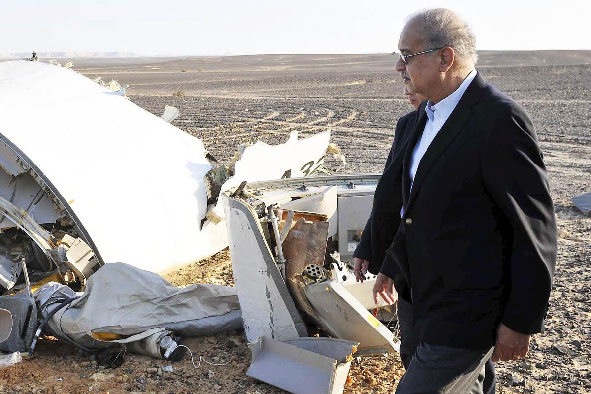 El primer ministro de Egipto Sherif Ismail, junto a los restos del avión (Foto: Reuters)