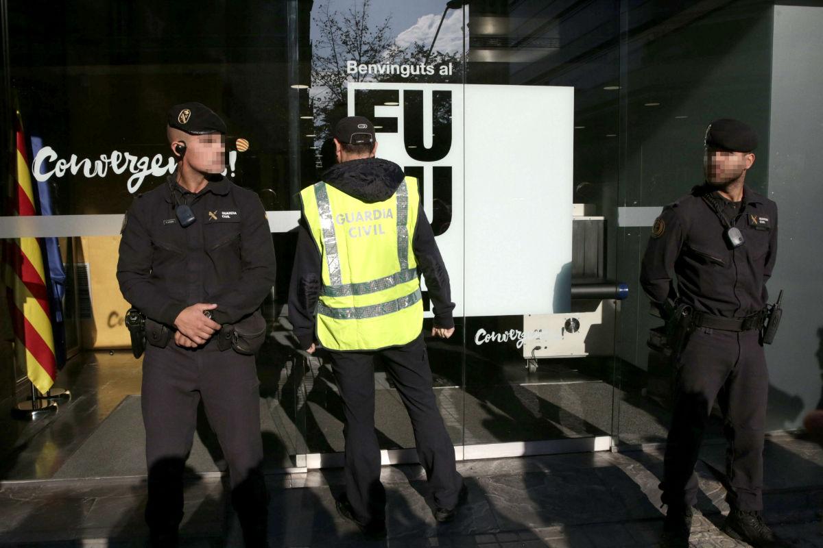 Los agentes de la Guardia Civil, el pasado día 21 durante el registro de la sede de Convergencia (Foto: Efe)