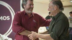 Juantxo López de Uralde saluda al también diputado Roberto Uriarte. (Foto: EFE)