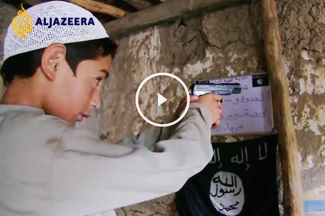 Niño aprendiendo a disparar en una escuela del ISIS.