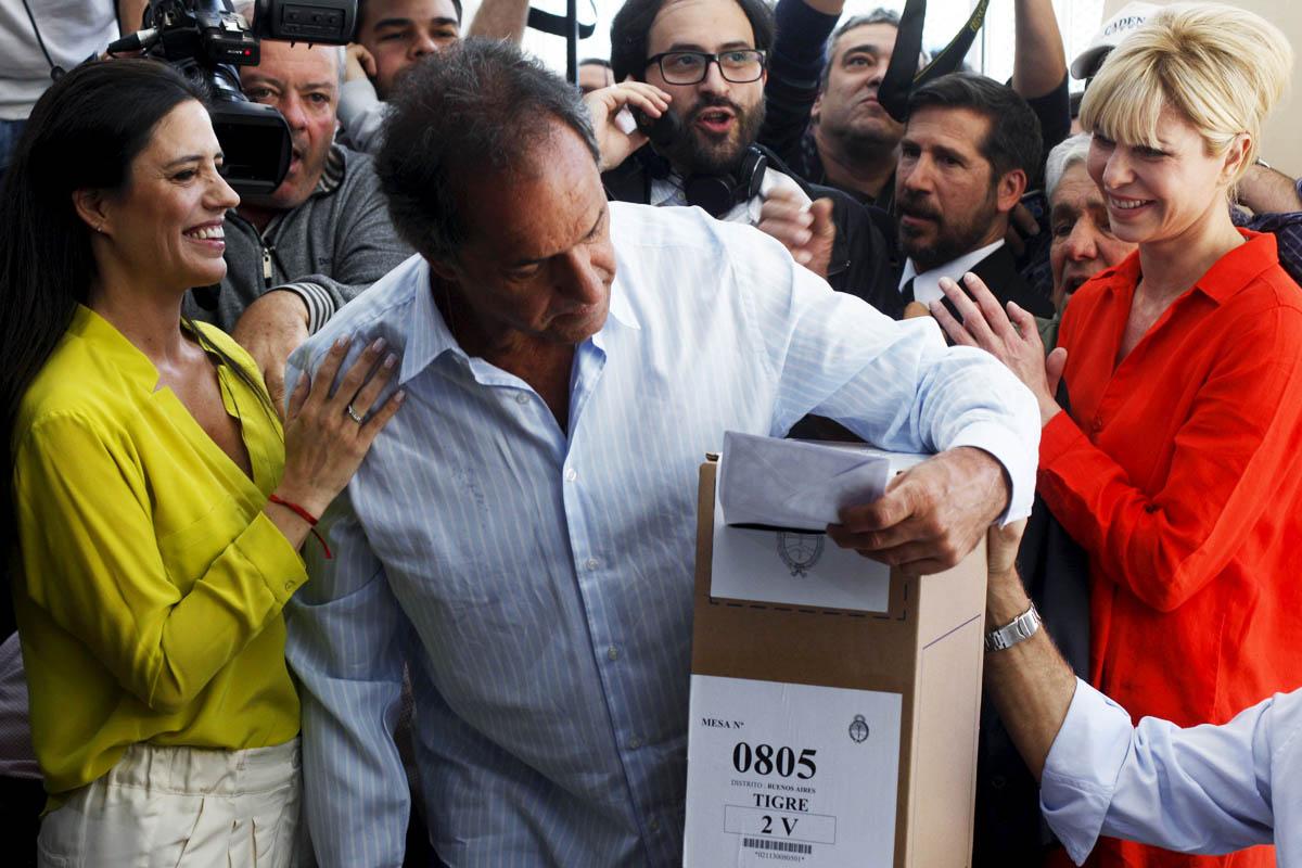 El candidato kirchnerista Daniel Scioli ejerce su derecho a voto (Foto: Reuters)