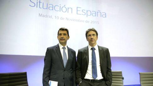 El economista jefe del Grupo BBVA, Jorge Sicilia (d), y el responsable de Análisis Macroeconómico de BBVA Research, Rafael Doménech. (Foto: EFE)