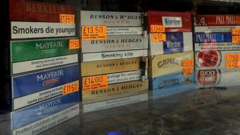 Cartones de tabaco en un escaparate de Gibraltar. (Foto: GETTY)