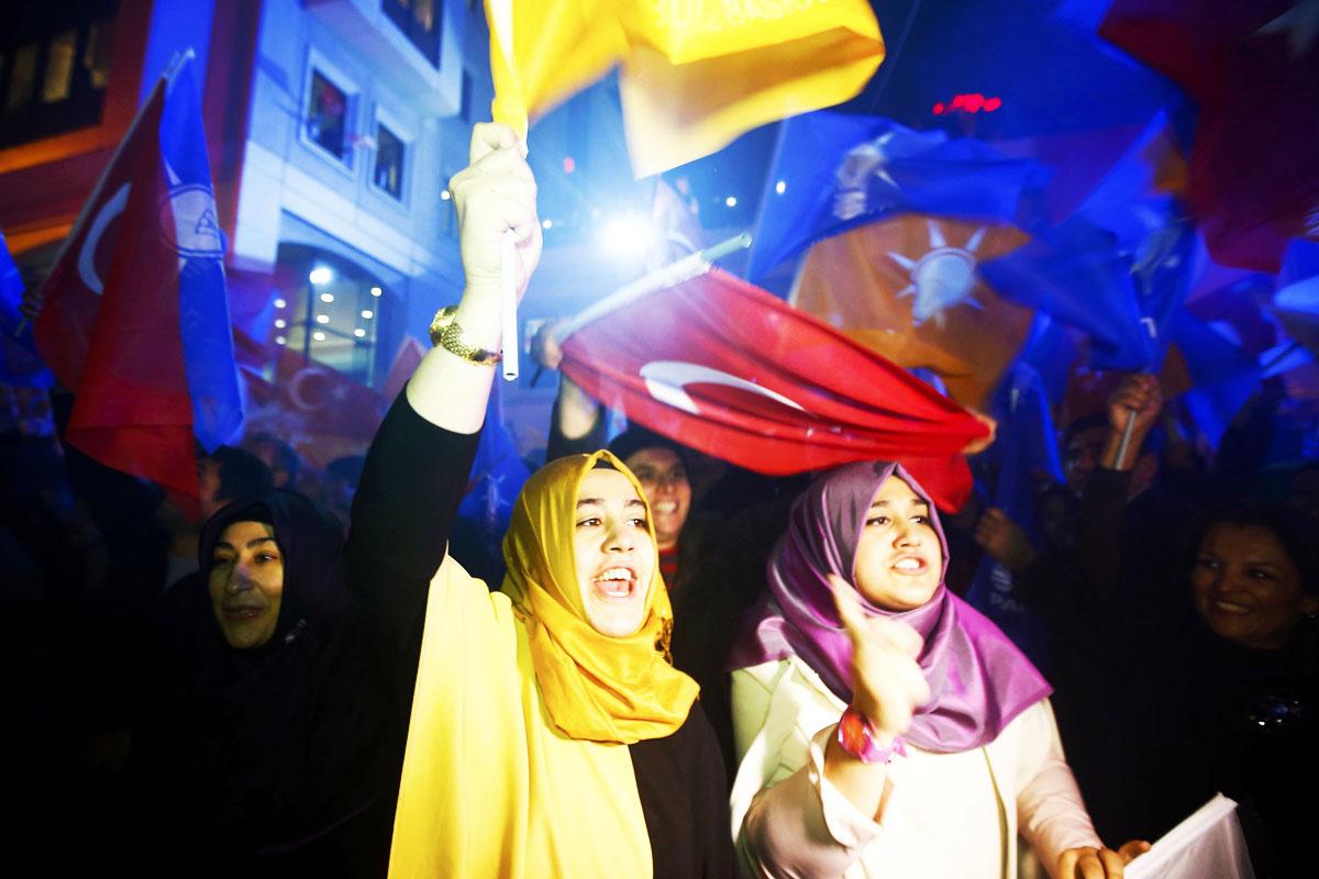 Jóvenes turcas celebran los resultados de las elecciones (Foto: Getty)