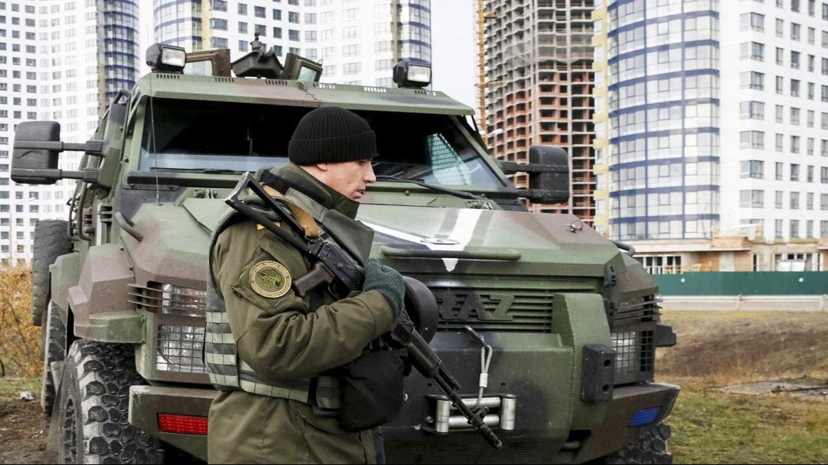 Un soldado ucraniano patrulla en las afueras de Kiev (Foto: Getty)