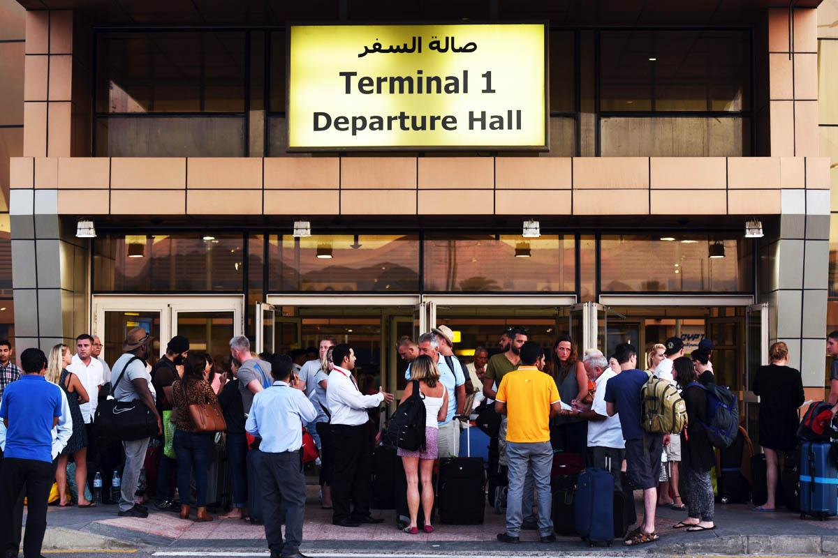 Pasajeros a las puertas del aeropuerto egipcio de Sharm el Sheij. (Foto: AFP)