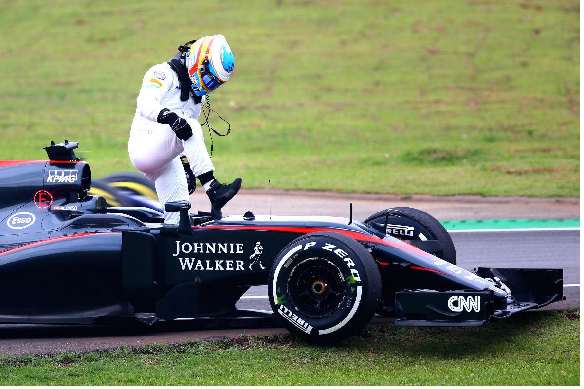 Fernando Alonso se baja de su McLaren-Honda. (Getty)