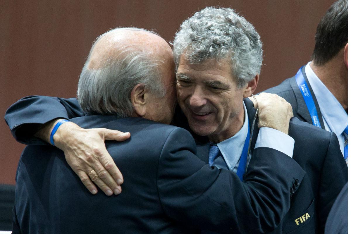 El presidente de la RFEF, abraza a Joseph Blatter (Foto: Getty)
