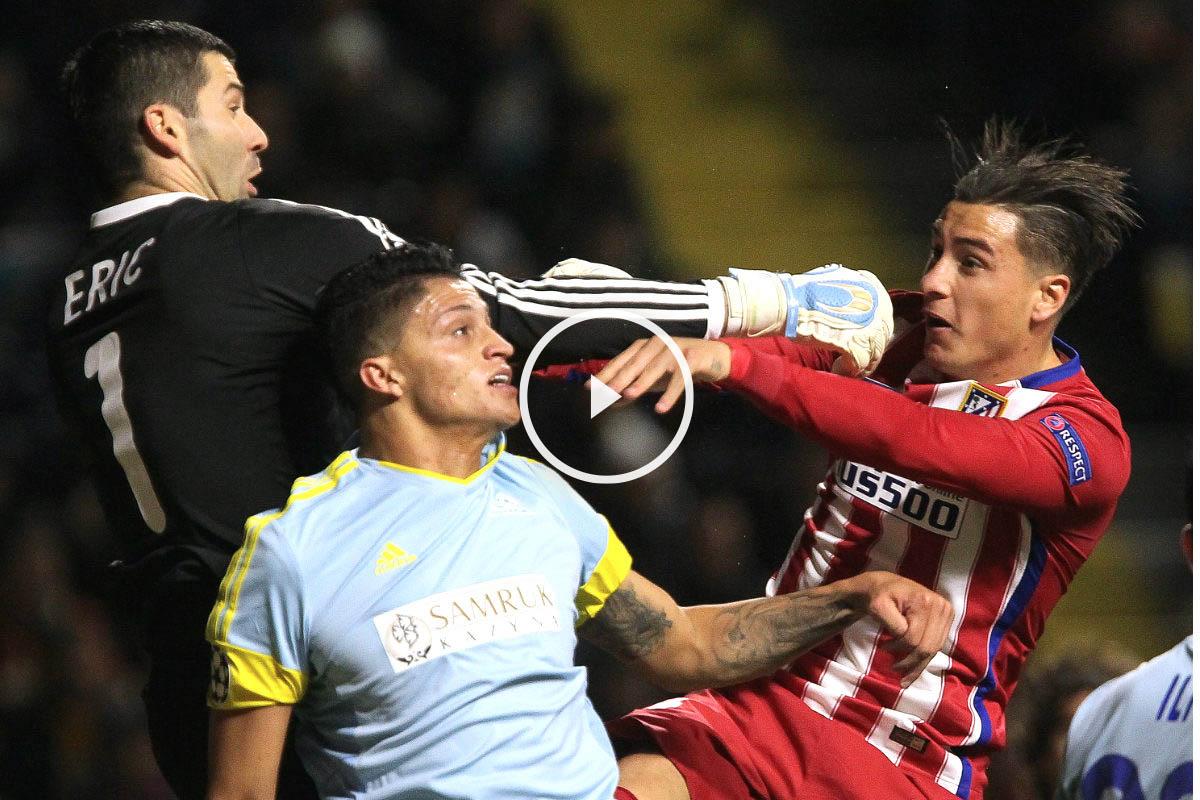 Giménez pelea por un balón con el guardameta del conjunto kazajo (AFP)