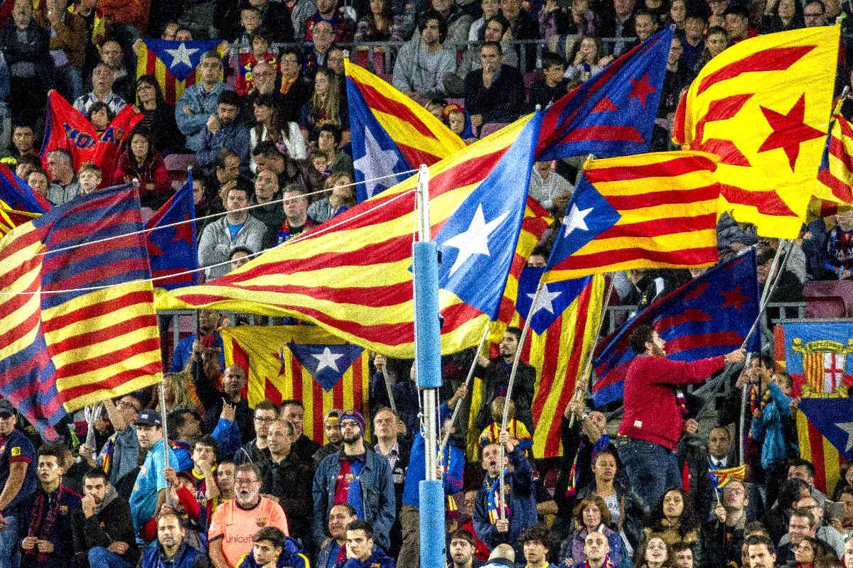 Las esteladas lucen durante un partido en el Camp Nou