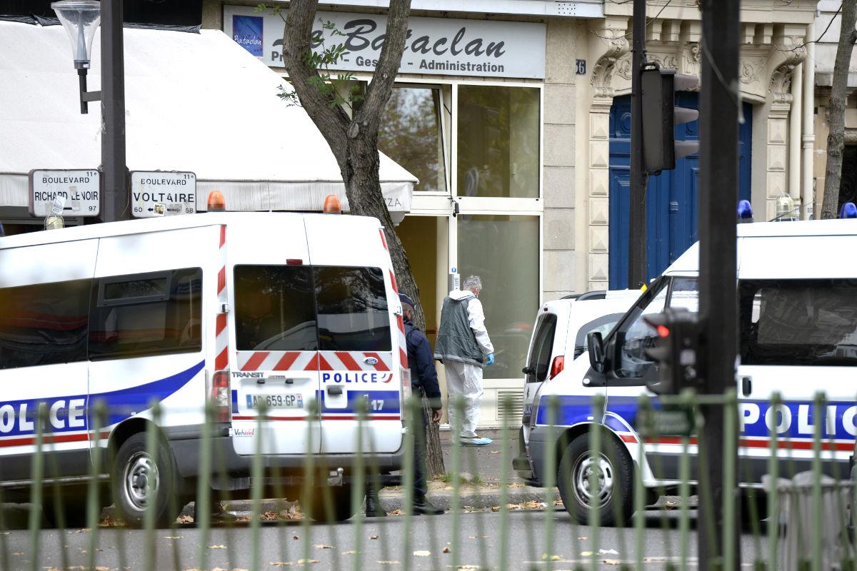 Coches policiales en la puerta de la sala Bataclan (Foto: AFP)