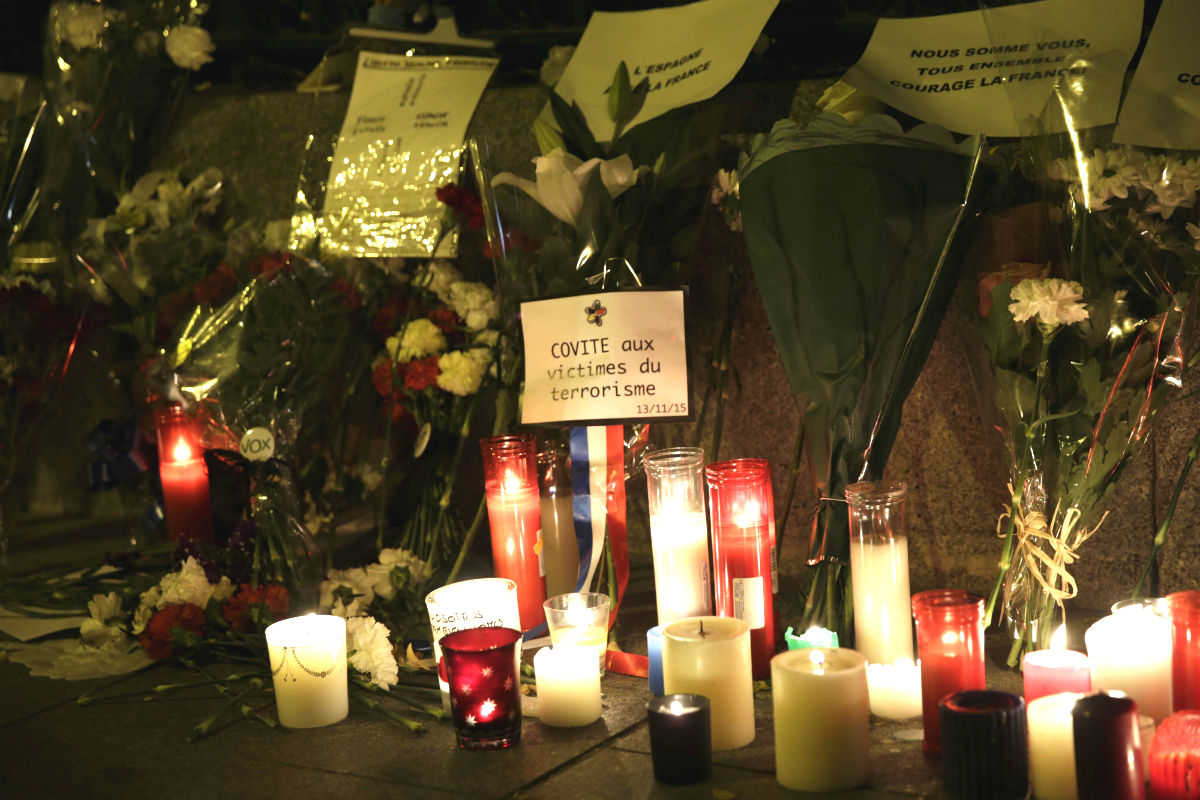 Velas en el lugar de los atentados de París