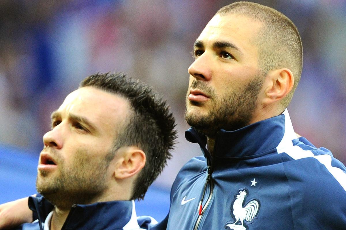 Benzema y Valbuena escuchan abrazados La Marsellesa en un partido de Francia. (AFP)