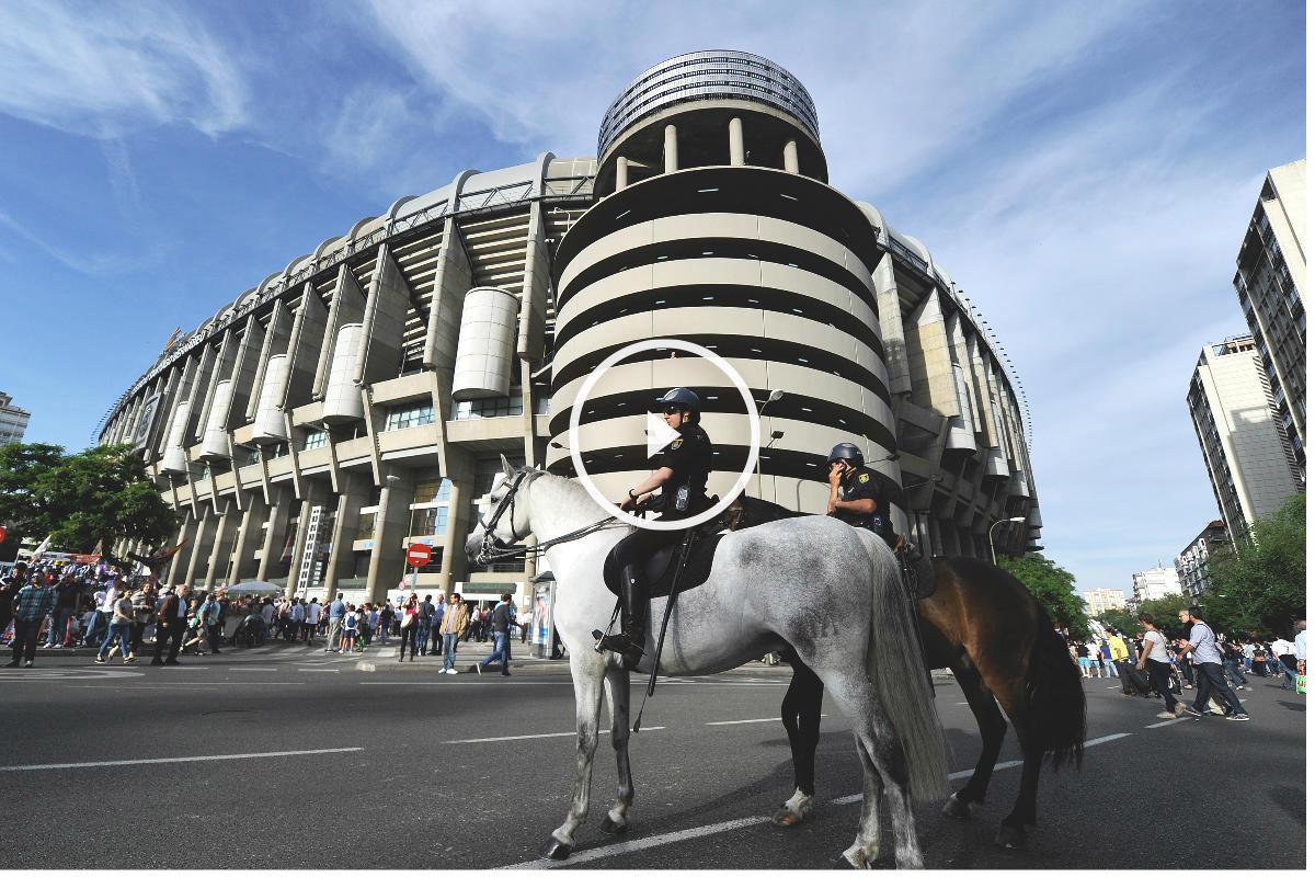 Agentes de policía custodian las inmediaciones del Santiago Bernabéu. (Getty)