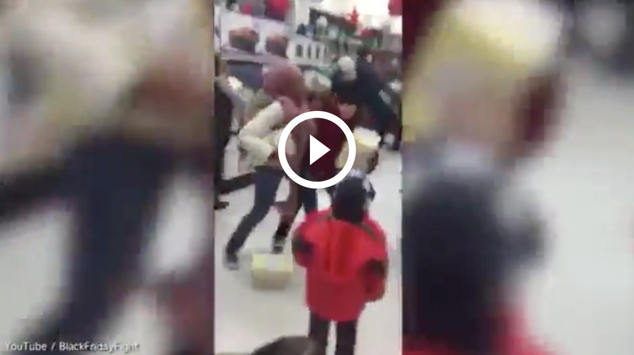 Una mujer roba a una niña en el Black Friday