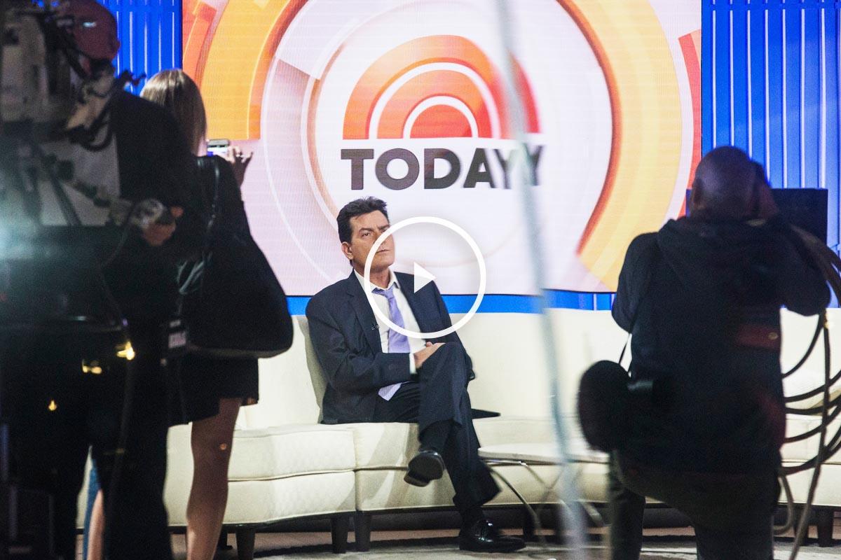 Charlie Sheen momentos antes de su anuncio en la NBC. (Foto: AFP)
