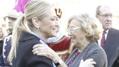 Cristina Cifuentes, presidenta de la Comunidad de Madrid, y Manuela Carmena, alcaldesa de la capital. (Foto: EFE)